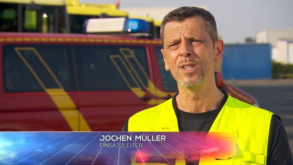 FW - Einsatzleiter Jochen M++ller - Bildquelle: SAT.1