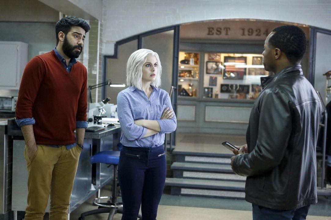 Der Mord an einer lebensfrohen Coffee Shop Besitzerin hält einige Überraschungen für Ravi (Rahul Kohli, l.), Liv (Rose McIver, M.) und Clive (Malcol... - Bildquelle: 2014 Warner Brothers