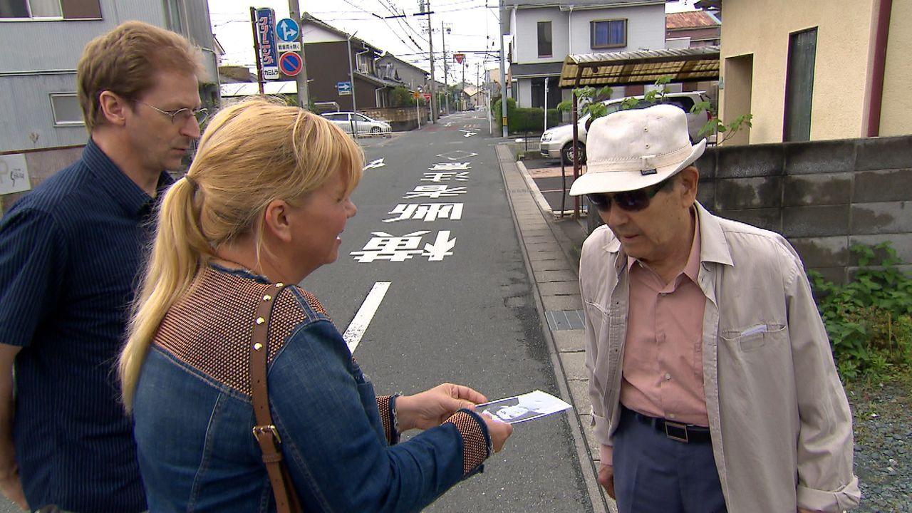 Julia (M.) und ihr Dolmetscher (l.) suchen in Japan nach Saeed, dem vermissten Bruder von Aghdas ... - Bildquelle: SAT.1