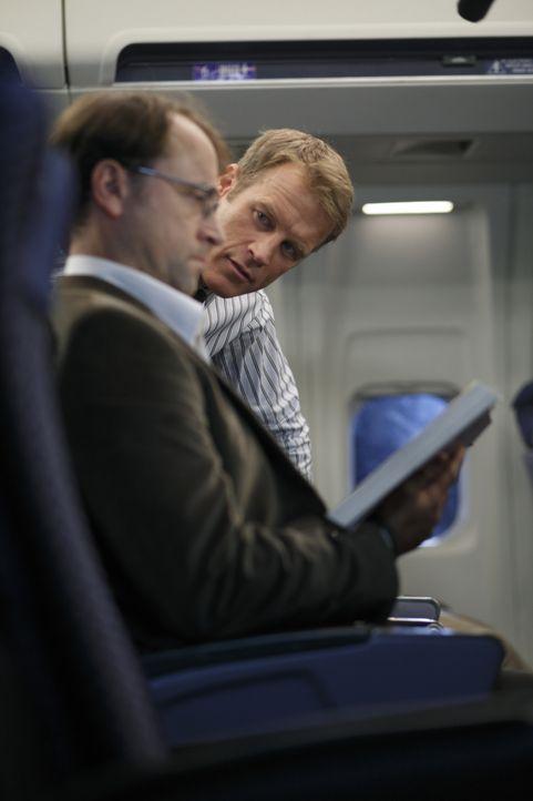 Chance (Mark Valley, r.) wird von einer Firma für Internetsicherheit beauftragt, einen Hacker auf dem Flug von San Francisco nach Seattle zu beschüt... - Bildquelle: Warner Bros.