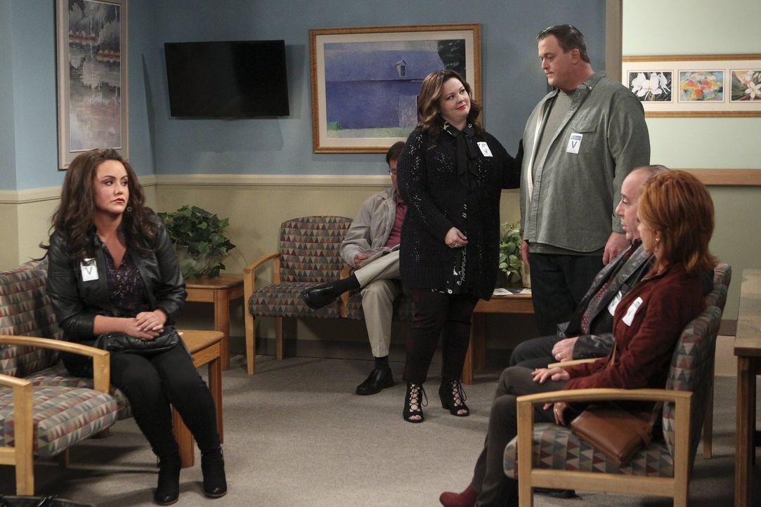 Molly (Melissa McCarthy, 2.v.l.), Mike (Billy Gardell, 3.v.r.), Victoria (Katy Mixon, l.), Vince (Louis Mustillo, 2.v.r.) und Joyce (Swoosie Kurtz,... - Bildquelle: Warner Brothers