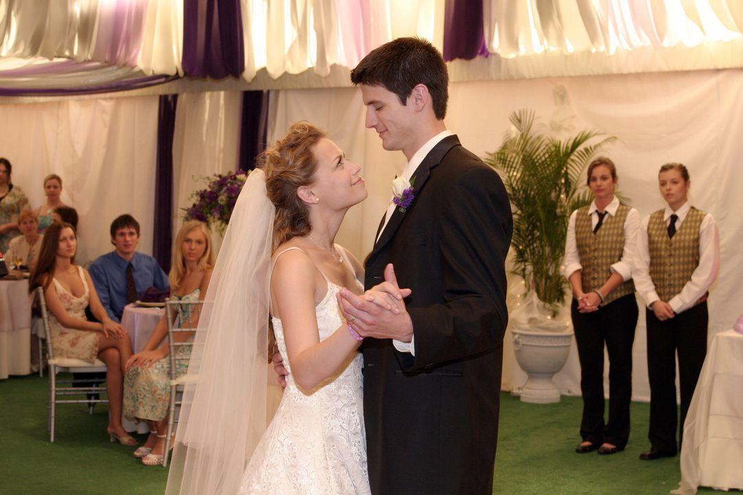 Ein fast perfekter Hochzeitstag: Haley (Bethany Joy Galeotti, l.) und Nathan (James Lafferty, r.) bekommen von den Problemen rund um sie beinahe nic... - Bildquelle: Warner Bros. Pictures