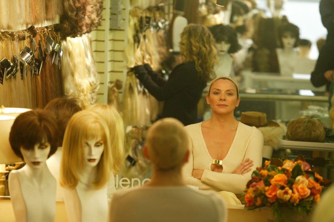 Durch die Chemotherapie verliert Sam (Kim Cattrall) langsam ihre Haare. Deshalb kauft sie sich eine Perücke ... - Bildquelle: Paramount Pictures