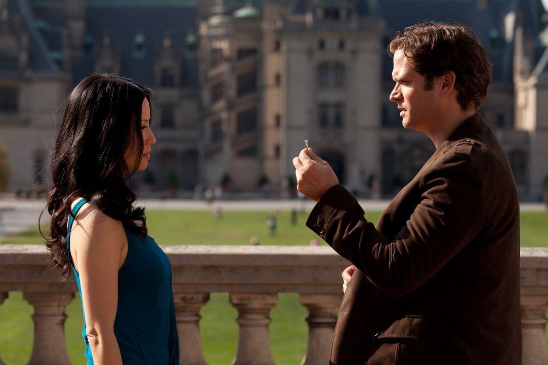 Reist Rae (Lucy Liu, l.) um die halbe Welt nach: Luke (Steven Pasquale, r.) macht ihr einen Heiratsantrag ... - Bildquelle: Bob Mahoney CPT Holdings, Inc.  All Rights Reserved.     (Sony Pictures Television International)