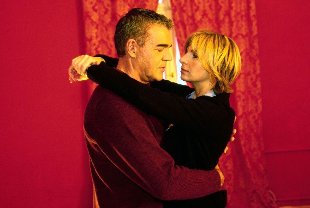 Dr. Sommer (Maria Bachmann, r.) und Dr. Bolten (Michael Greiling, l.) wollen sich über ihre Gefühle im Klaren werden und fahren spontan in ein Hotel...