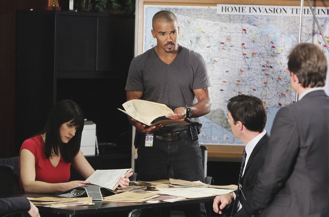 Geben alles, um einen Serienkiller zur Strecke zu bringen: Detective Matt Spicer (Eric Close, r.), Gibbs (Thomas Gibson, 2.v.r.), Prentiss (Paget Br... - Bildquelle: Touchstone Television