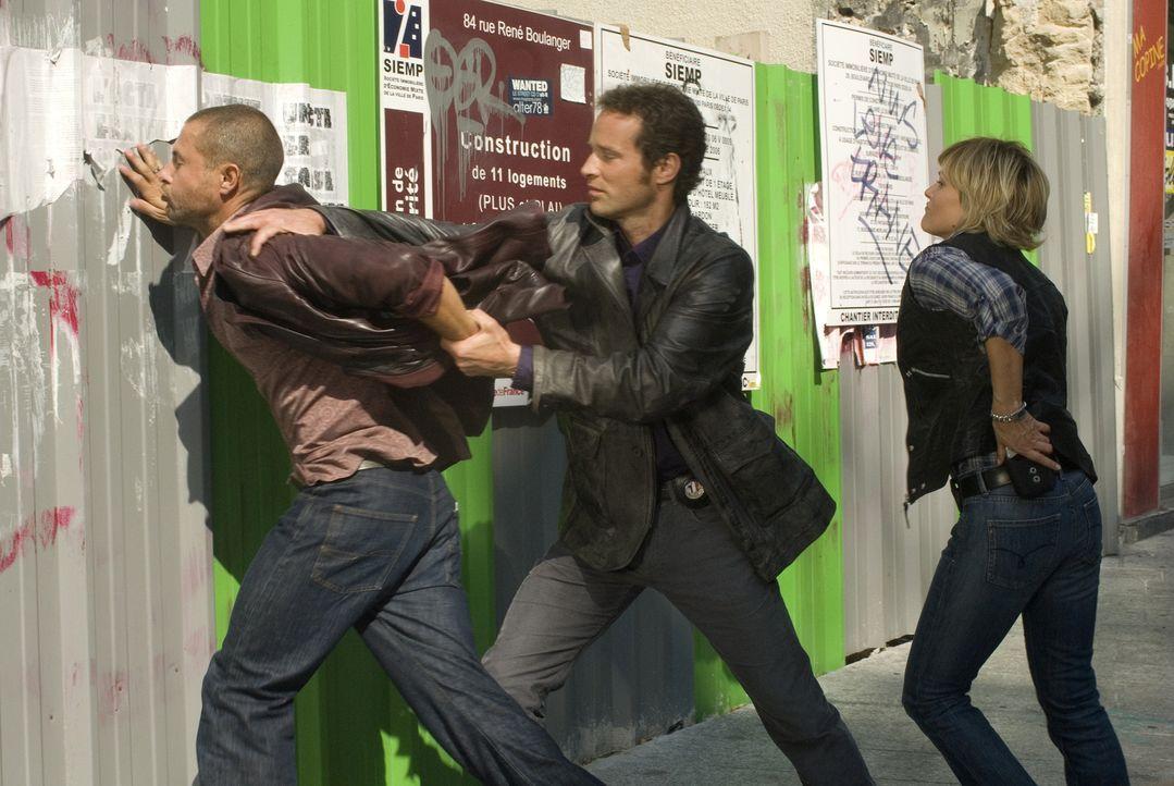 Ist Frédéric Cavet (Damien Ferrette, l.) wirklich der Mann, den der Pariser Kriminalkommissar Matthieu Pérac (Guillaume Cramoisan, M.) und seine Kol... - Bildquelle: Jean-François Baumard 2008 - Beaubourg Audiovisuel/BeFilms/RTBF (Télévision Belge)