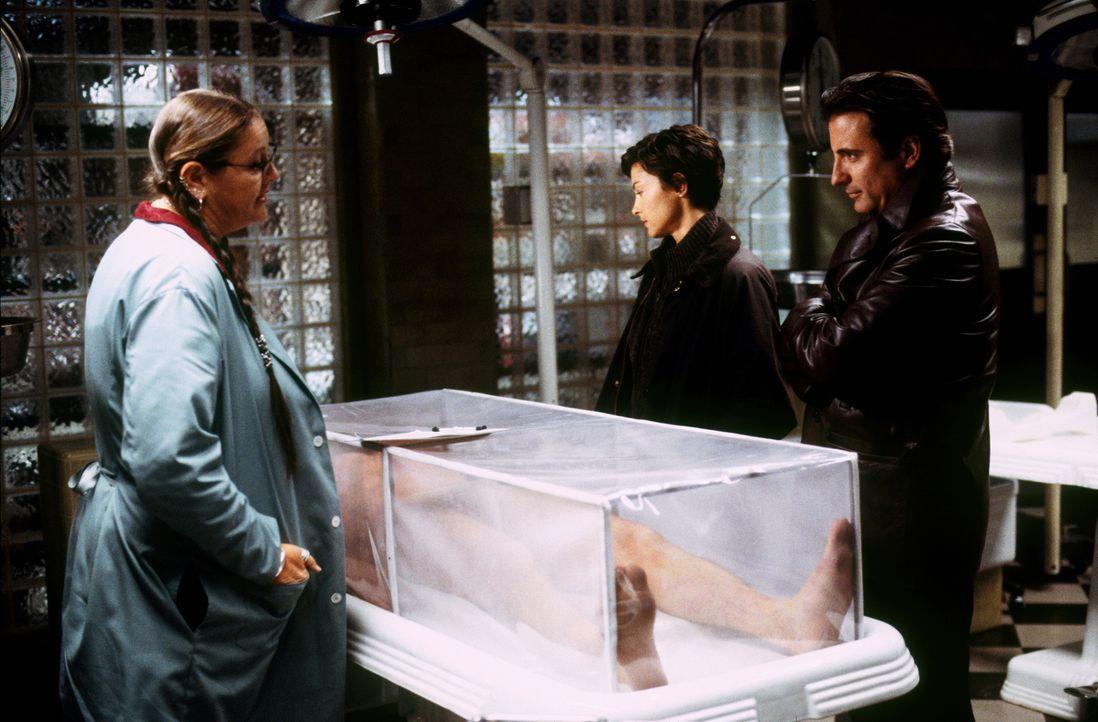 Zusammen mit Lisa (Camryn Manheim, l.), begutachten Mike Delmarco (Andy Garcia, r.) und Jessica Shepard (Ashley Judd, 2.v.r.) in der Gerichtsmedizin... - Bildquelle: Paramount Pictures