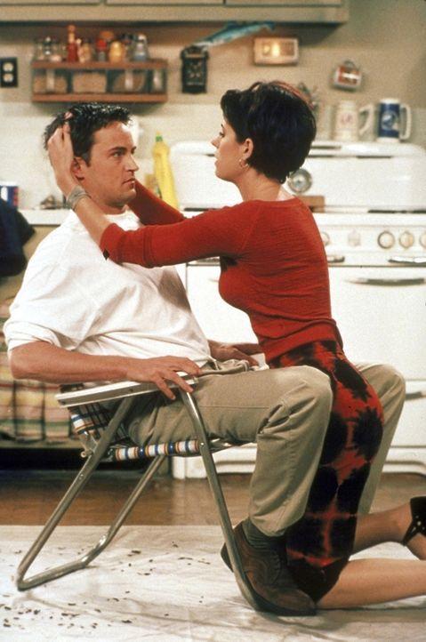 Chandler (Matthew Perry, l.) und Kathy (Paget Brewster, r.) kommen sich näher, dabei ist Kathy doch eigentlich Joeys Freundin ... - Bildquelle: TM+  2000 WARNER BROS.