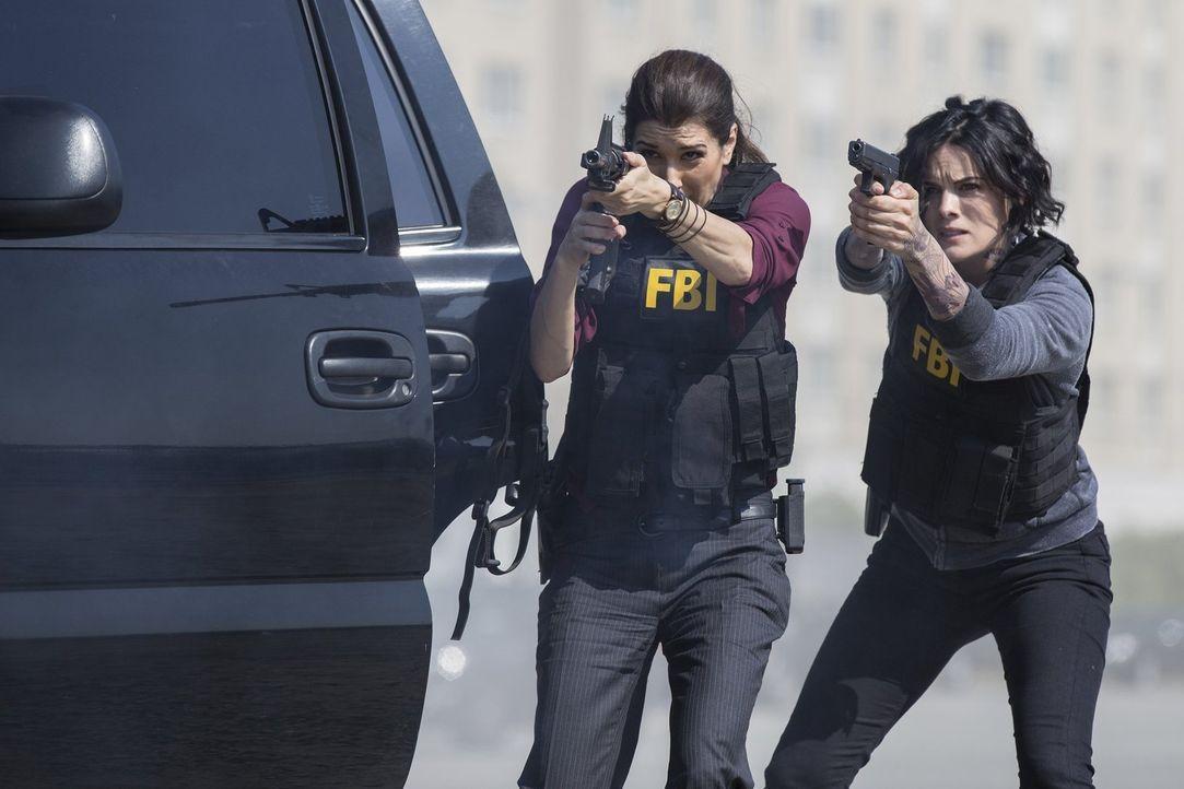 Im Visier hemmungsloser Waffenschieber: Jane (Jaimie Alexander, r.) und Zapata (Audrey Esparza, l.) ... - Bildquelle: Warner Brothers