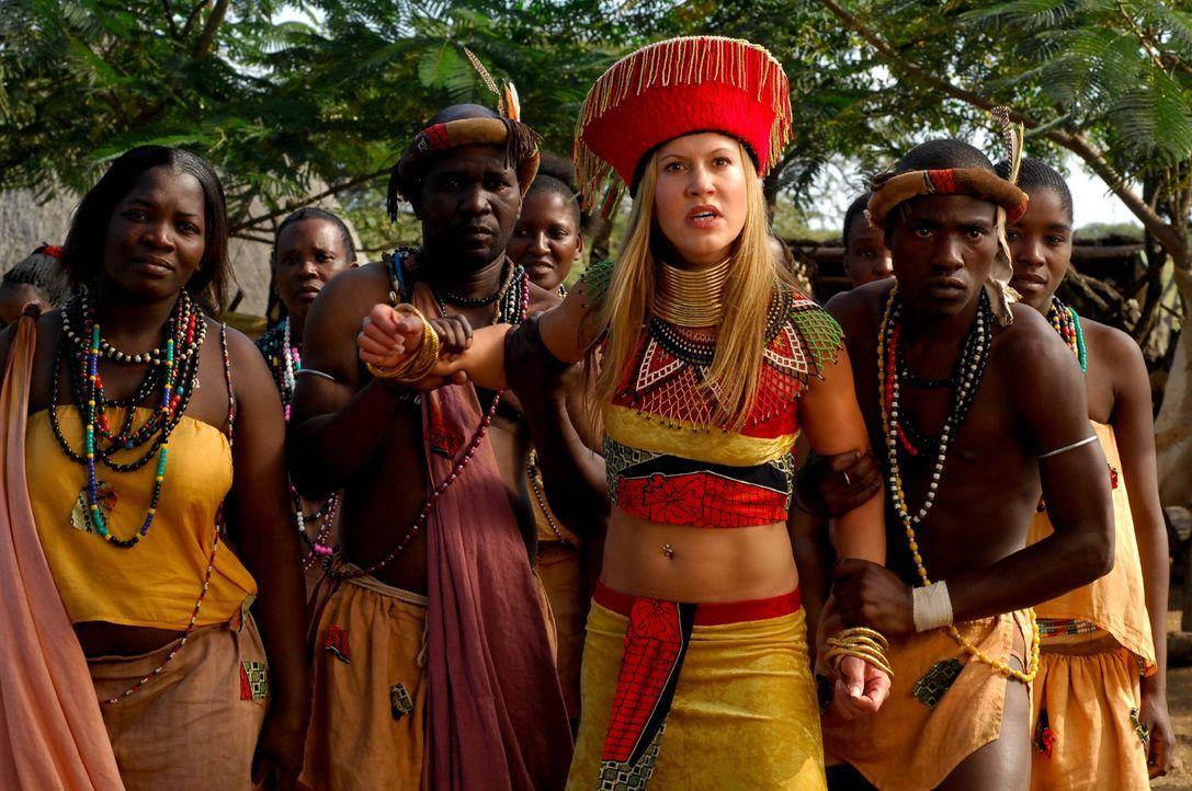 Als sich Lisa (Wolke Hegenbarth, 2.v.r.) plötzlich in einem außergewöhnlichen afrikanischen Gewande wiederfindet, wird ihr klar, dass sie schon w... - Bildquelle: David Gur SAT.1