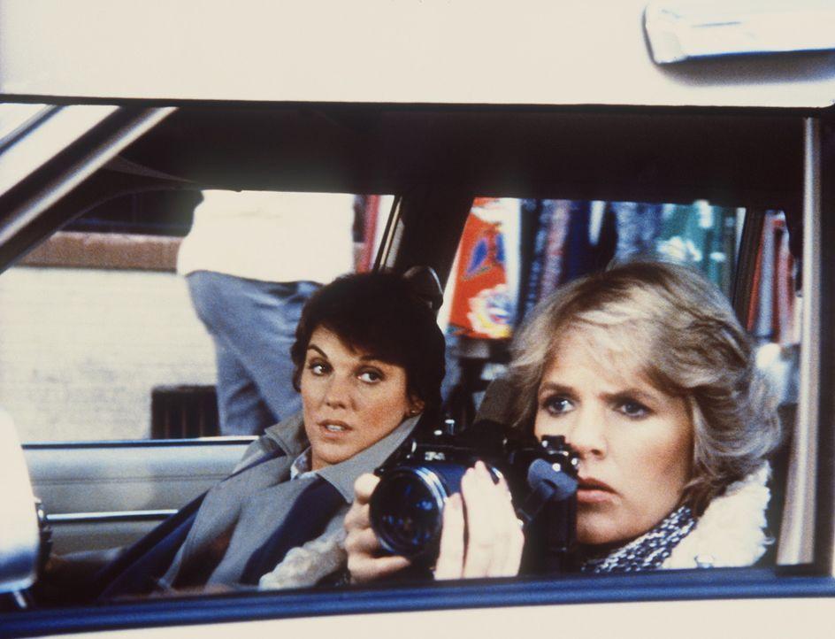 Cagney (Sharon Gless, r.) und Lacey (Tyne Daly) überwachen einen Spediteur, den sie verdächtigen, einige Brände gelegt zu haben. - Bildquelle: ORION PICTURES CORPORATION. ALL RIGHTS RESERVED.