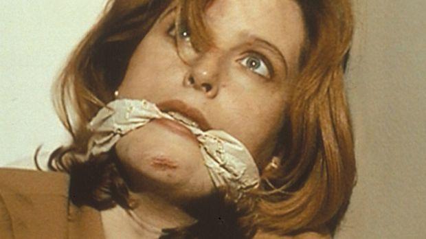 Auf der Suche nach einem Leichenschänder gerät Scully (Gillian Anderson) in d...