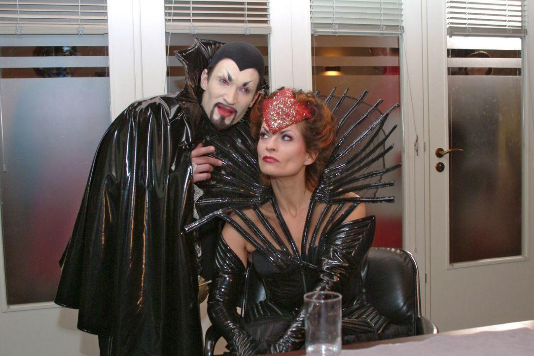 Richard (Karim Köster, l.) als Mephisto, Sophie (Gabrielle Scharnitzky, r.) als Böse Königin. - Bildquelle: Monika Schürle Sat.1