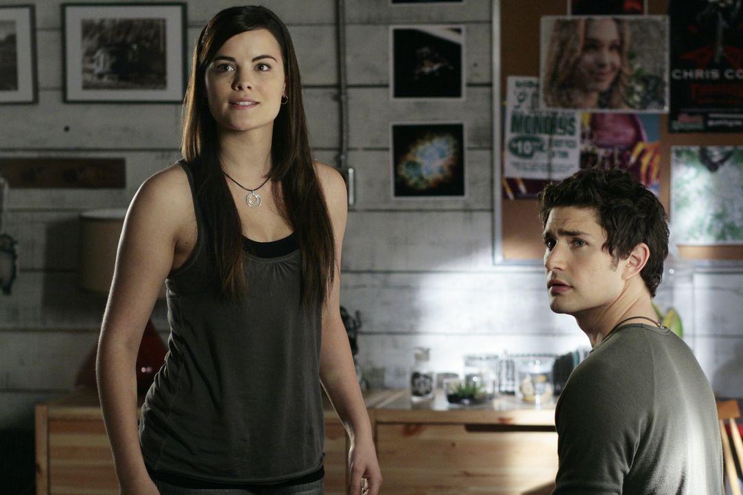 Jessi (Jaimie Alexander, l.) weiß, dass nur Adam Baylin dem armen Kyle (Matt Dallas, r.) helfen kann ... - Bildquelle: TOUCHSTONE TELEVISION