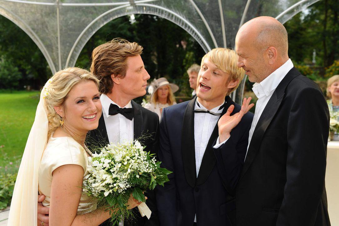 Feiern ausgelassen: Virgin (Chris Gebert, 2.v.r), Anna (Jeanette Biedermann, l.), Tom (Patrick Kalupa, 2.v.l.) und Bruno (K. Dieter Klebsch, r.) ... - Bildquelle: SAT.1
