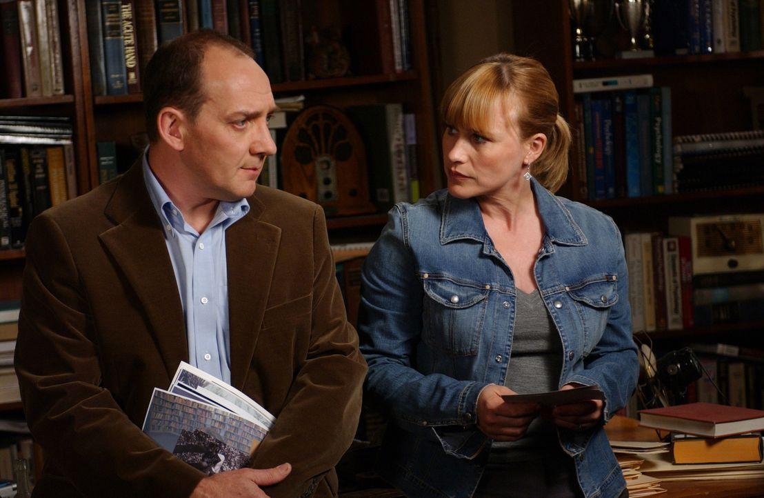 Allison (Patricia Arquette, r.) unterhält sich mit Professor Leonard Cardwell (Zach Grenier, l.) über die verschiedenen Möglichkeiten, wie Tote mit... - Bildquelle: Paramount Network Television