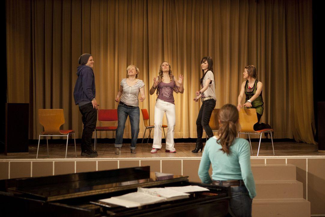 Studieren einen neuen Song ein: Luzi (Selina Müller, 2.v.r.), Emma (Kasia Borek, 2.v.l.), Jenny (Lucy Scherer, r.), Bodo (Frank Ziegler, l.), Caro... - Bildquelle: SAT.1