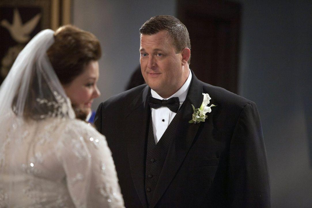 Endlich ist der Tag gekommen. Die große Hochzeit von Mike (Billy Gardell, r.) und Molly (Melissa McCarthy, l.) steht unmittelbar bevor. Doch alles s... - Bildquelle: Warner Brothers