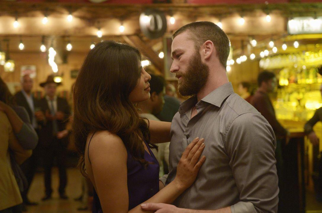 Hat ihre Liebe eine Zukunft? Alex (Priyanka Chopra, l.) und Ryan (Jake McLaughlin, r.) ... - Bildquelle: Philippe Bosse 2016 American Broadcasting Companies, Inc. All rights reserved.