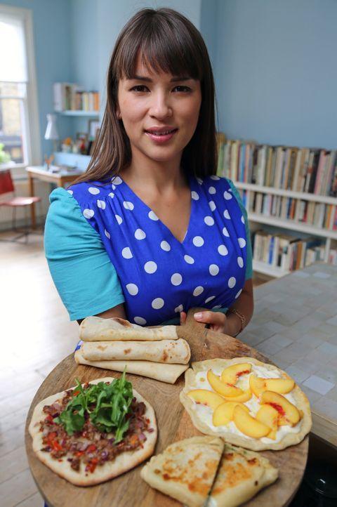 Rachel Khoo zeigt, was man alles mit Brot machen kann ... - Bildquelle: Richard Hill BBC 2013