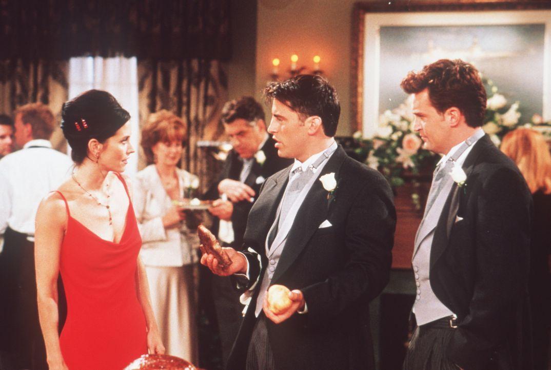Auch auf der Hochzeit werden Monica (Courteney Cox, l.) und Chandler (Matthew Perry, r.) andauernd von Joey (Matt LeBlanc, M.) belästigt. - Bildquelle: TM+  2000 WARNER BROS.
