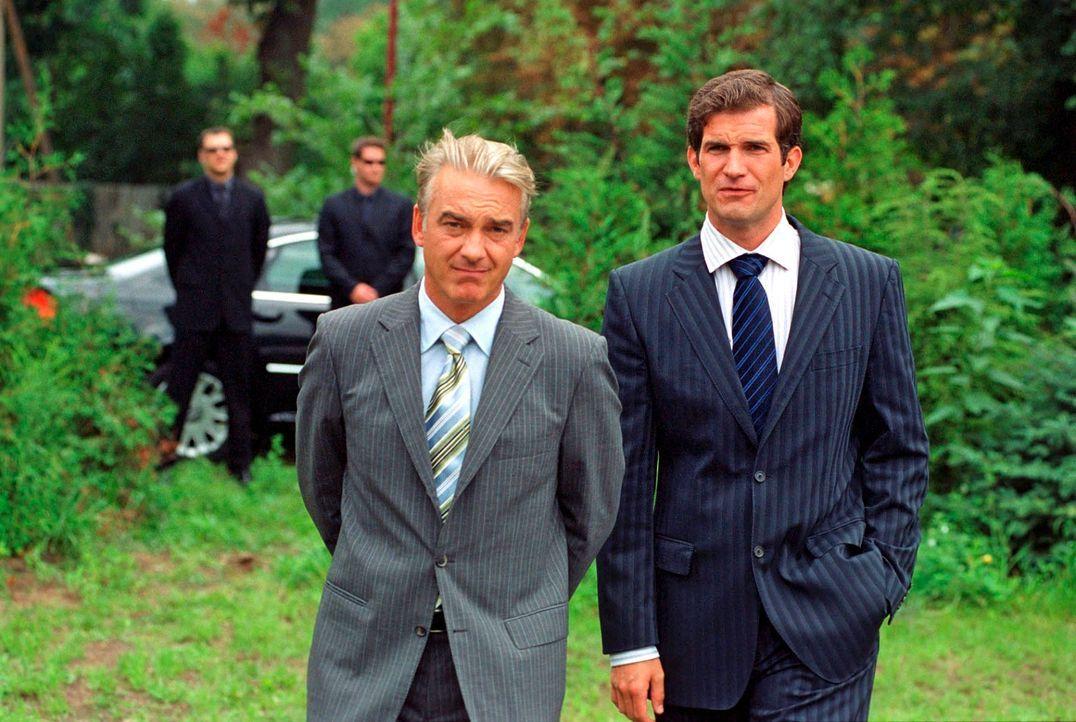 Staatssekretär Ulf Herold (Simon Böer, r.) ist in geheimer Mission nach Kudrow gekommen. Er stellt Johannes (Christoph M. Ohrt, l.) den Posten des b... - Bildquelle: Hardy Spitz Sat.1