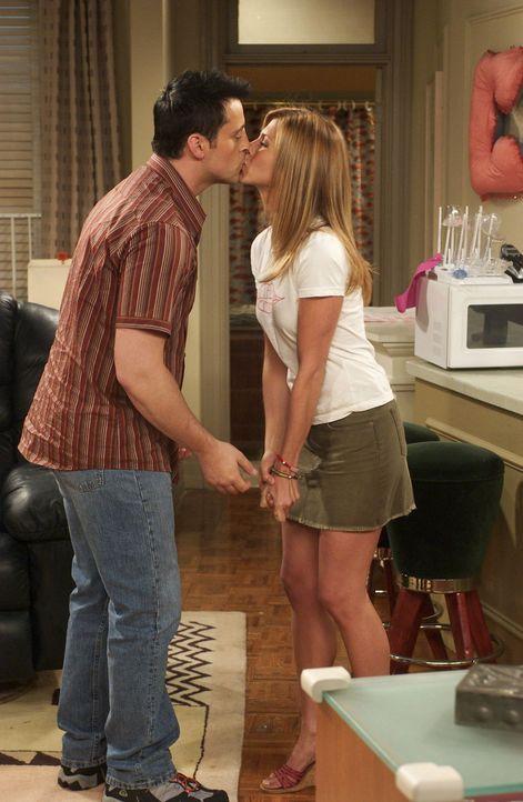 Während Phoebe mit Mikes Freundin Schluss macht, kommt es zwischen Joey (Matt LeBlanc, l.) und Rachel (Jennifer Aniston, r.) zum ersten Kuss ... - Bildquelle: 2003 Warner Brothers International Television