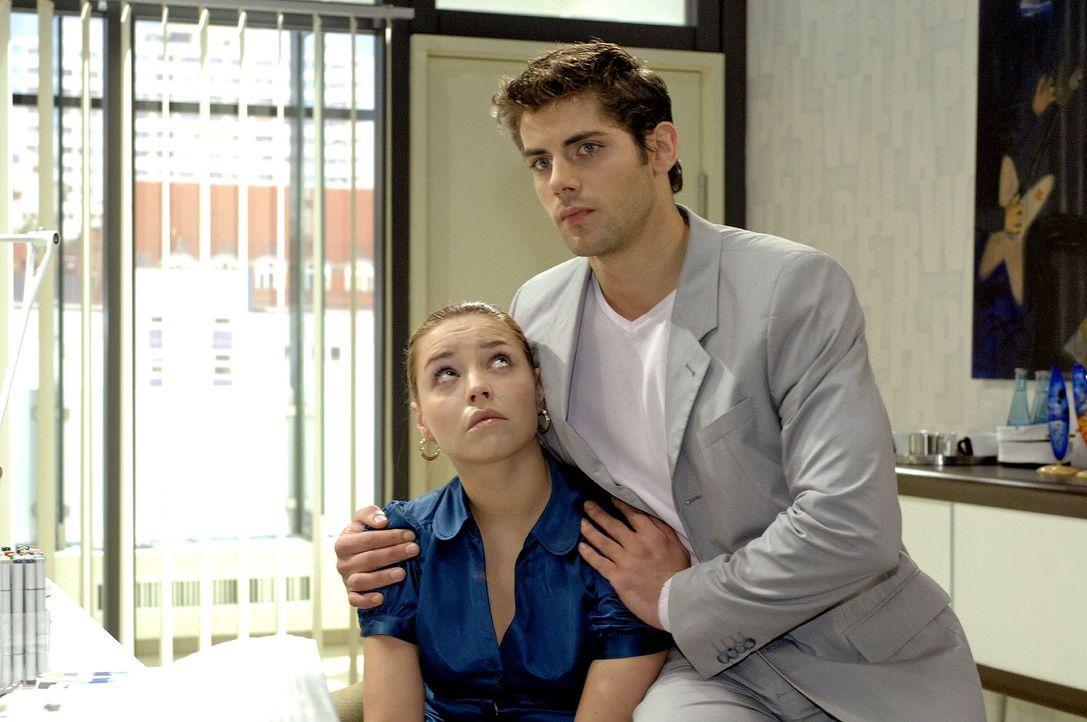 Jonas (Roy Peter Link, r.) versucht Katja (Karolina Lodyga, l.) zu beruhigen, die behaupet, dass Jannick Nacktfotos von ihr gemacht hat. - Bildquelle: Oliver Ziebe Sat.1