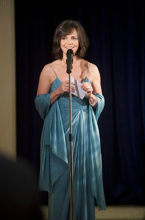 Der große Tag ist gekommen: Nora Walker (Sally Field) eröffnet die Benefizgala für das Krebshilfezentrum mit einer ergreifenden Rede ... - Bildquelle: 2009 American Broadcasting Companies, Inc. All rights reserved.