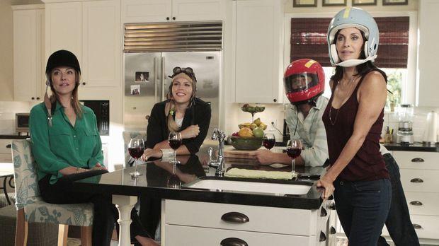 Ellie (Christa Miller, l.), Laurie (Busy Philipps, 2.v.l.), Bobby (Brian Van...