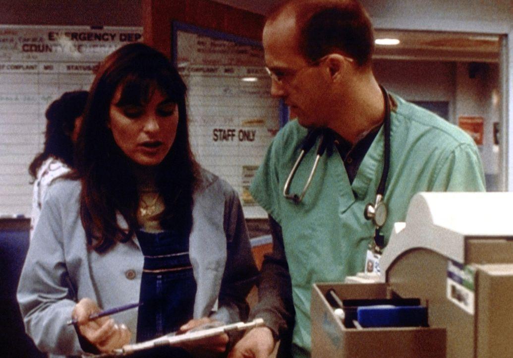 Cynthia (Mariska Hargitay, l.) hat Ärger mit ihrem Vermieter und würde gern bei Dr. Greene (Anthony Edwards, r.) einziehen. Der ist gar nicht begeis... - Bildquelle: TM+  2000 WARNER BROS.