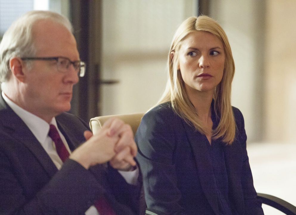 Noch wissen sie nicht, wie sie Saul aus den Fängen von Haqqani retten können: Carrie (Claire Danes, r.) und Lockhart (Tracy Letts, l.) ... - Bildquelle: 2014 Twentieth Century Fox Film Corporation