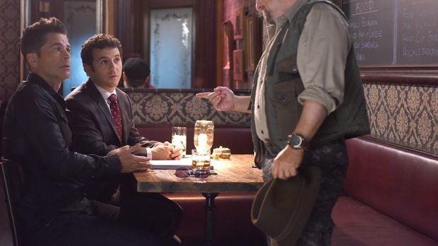 Als Cliff Bemis (Jason Alexander, r.) Dean (Rob Lowe, l.) auffordert den Grin...