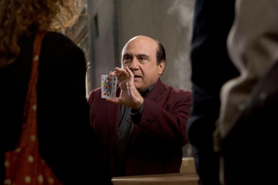 Walter (Danny DeVio, M.) war einst ein großer Magier - jetzt versucht er, an seine ruhmvollen Zeiten anzuknüpfen. Im Spielcasino zieht er den Leuten...