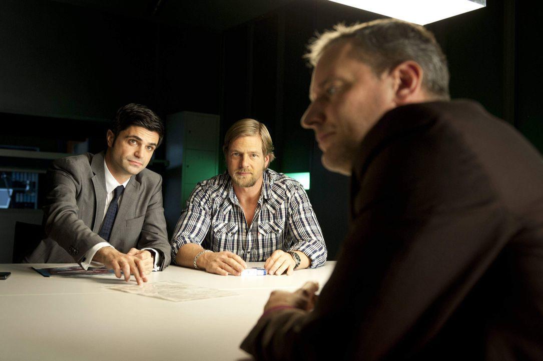 Haben einen Verdächtigen (Wolfgang Wagner, r.): Mick (Henning Baum, M.) und Andreas (Maximilian Grill, l.) ermitteln in einem verzwickten Fall ... - Bildquelle: SAT.1