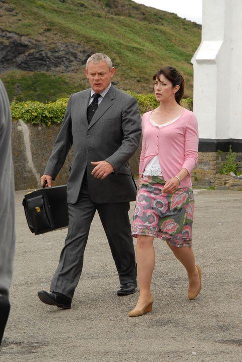 Nachdem Doc Martin (Martin Clunes, l.) eigenmächtig den Tauftermin von James Henry festgelegt hat, ist Louisa (Caroline Catz, r.) mehr als nur sauer... - Bildquelle: BUFFALO PICTURES/ITV