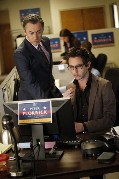 Eli Gold (Alan Cumming, l.) versucht Matt Becker (Jeremy Strong, r) für den bevorstehenden Wahlkampf gewinnen zu können. - Bildquelle: CBS Broadcasting Inc. All Rights Reserved