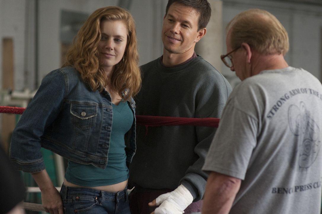 """Kaum gelingt es Charlene (Amy Adams, l.), Micky (Mark Wahlberg, M.) aus den Fängen seiner Familie zu """"befreien"""", da feiert der junge Boxer auch scho... - Bildquelle: 2010 Fighter, LLC All Rights Reserved"""