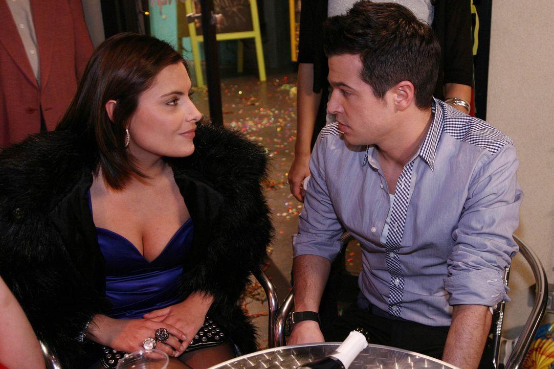 Als Bilge (Olgu Caglar, r.) beim Küssen versagt, fühlt er sich vor Chris (Sophia Thomalla, l.) schrecklich blamiert ... - Bildquelle: SAT.1