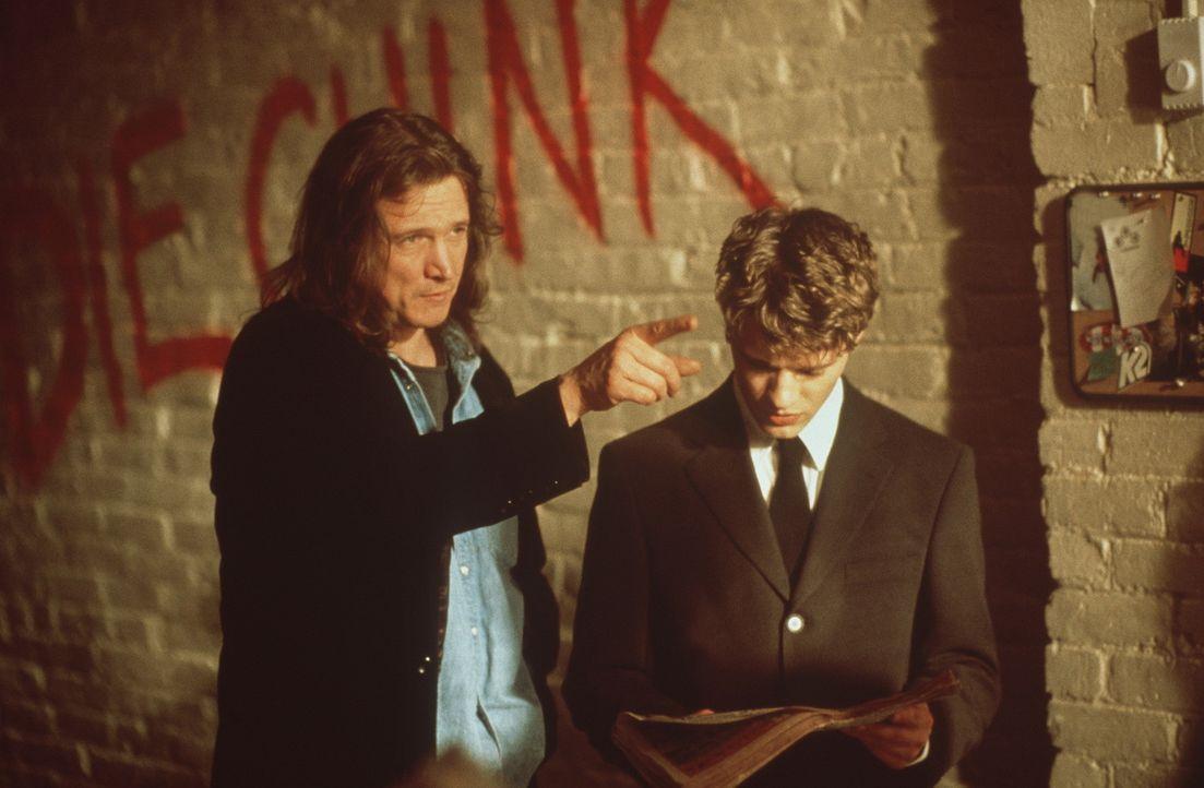 Eines Tages überreicht ein Obdachloser (Peter Howitt, l.) dem gefeierten Star von ''NURV-Konzerns'', Milo Hoffmann (Ryan Phillippe, r.), ein hoch b... - Bildquelle: 2000 - Metro Goldwyn Mayer