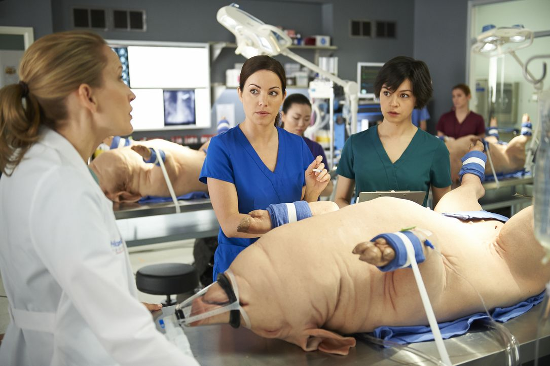 Auch Maggie (Julia Taylor Ross, r.) wird immer mehr klar, dass die schwierige OP nur funktionieren kann, wenn Alex (Erica Durance, M.) sich endlich... - Bildquelle: 2013  Hope Zee Two Inc.