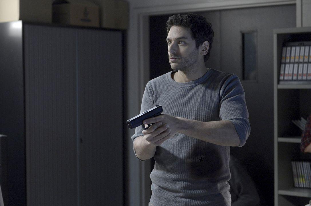 Wird sich Major Balleseros (Mark Ghanimé) wieder zu Ilarias Spielball machen lassen? - Bildquelle: 2014 Sony Pictures Television Inc. All Rights Reserved.