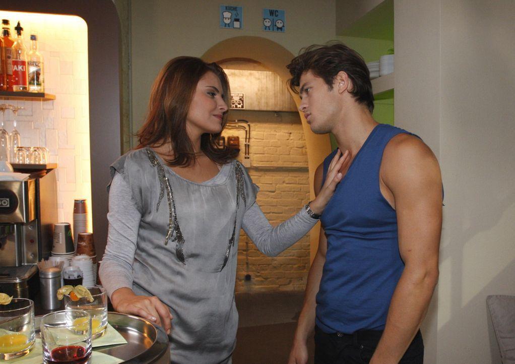 Chris (Sophia Thomalla, l.) merkt, dass sie von Moritz (Eugen Bauder, r.) mehr will, als der zu geben in der Lage ist und beendet die Beziehung  ... - Bildquelle: SAT.1