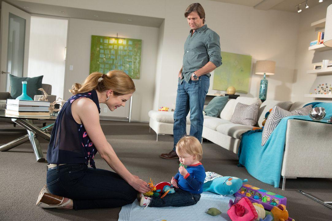 Als Spence (Grant Show, r.) ihr seine wahren Gefühle offenbart, geht Peri (Mariana Klaveno, l.) in die Offensive ... - Bildquelle: 2014 ABC Studios