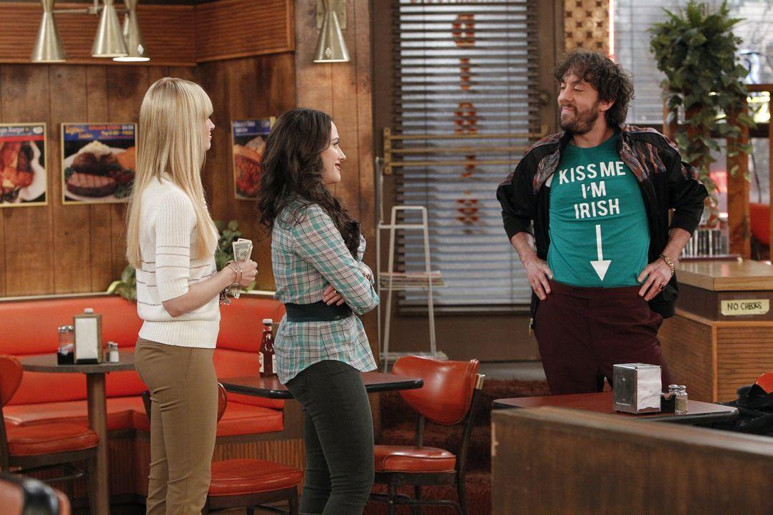 Max (Kat Dennings, M.) und Caroline (Beth Behrs, l.) sind immer wieder von Oleg (Jonathan Kite, r.) und seinem Verhalten überrascht ... - Bildquelle: Warner Bros. Television