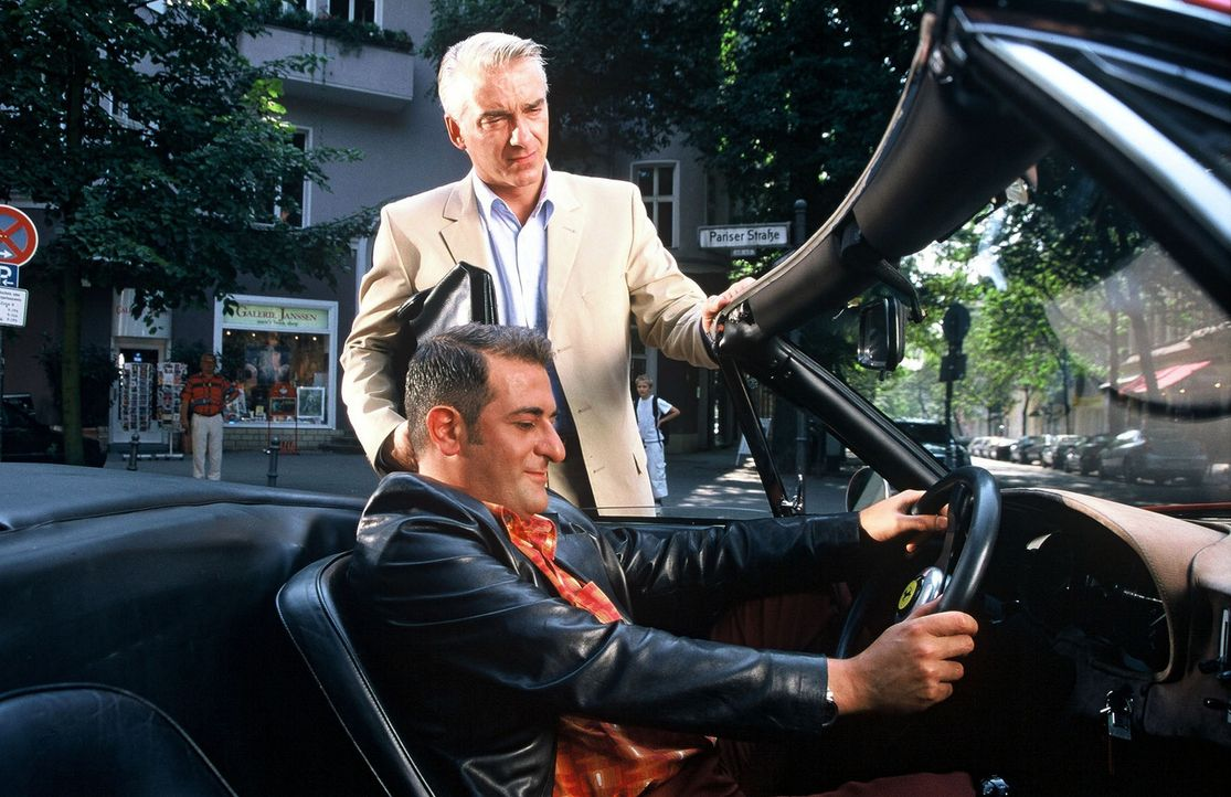 Felix (Christoph M. Ohrt, hinten) ist sprachlos, als er Otto (Hasan Ali Mete, vorne) im Ferrari sieht. - Bildquelle: Hardy Spitz Sat.1