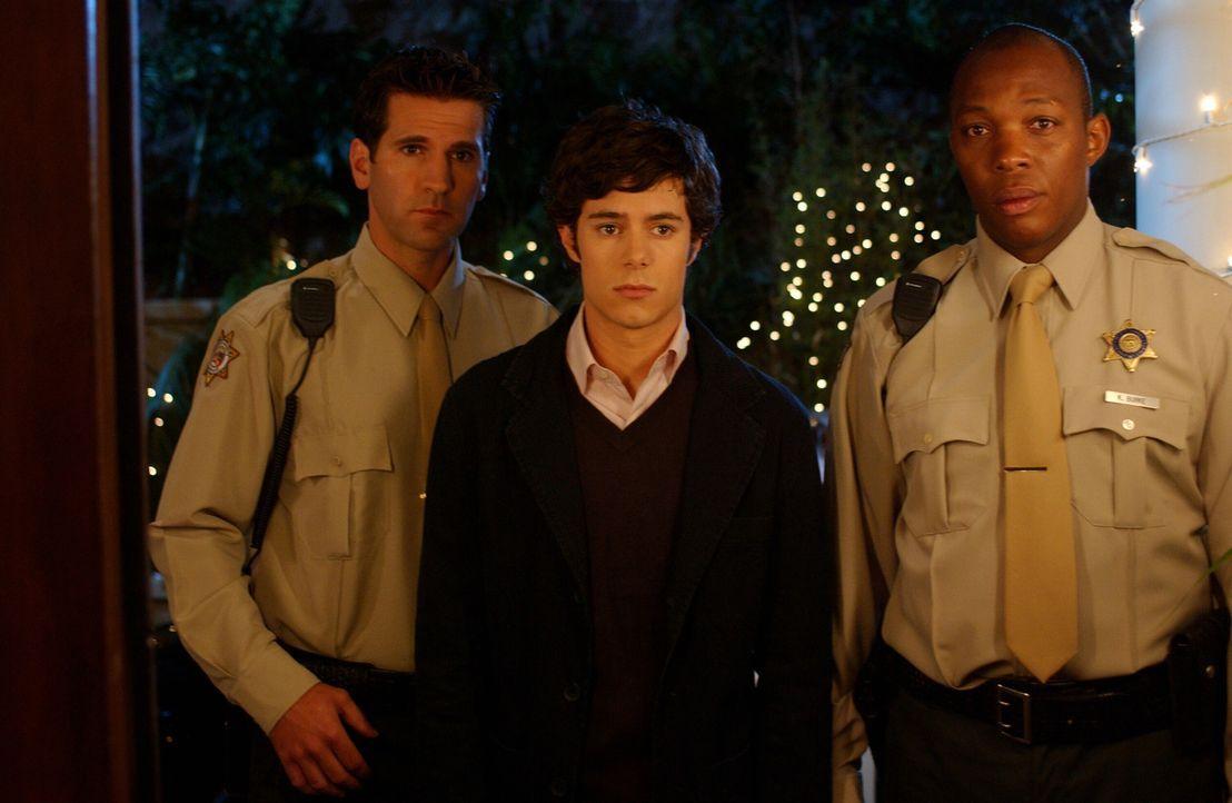 Nachdem Seth (Adam Brody, M.) das Auto seinen Großvaters genommen hat, um Alex zu imponieren, wird er von der Polizei aufgehalten und nach Hause ge... - Bildquelle: Warner Bros. Television