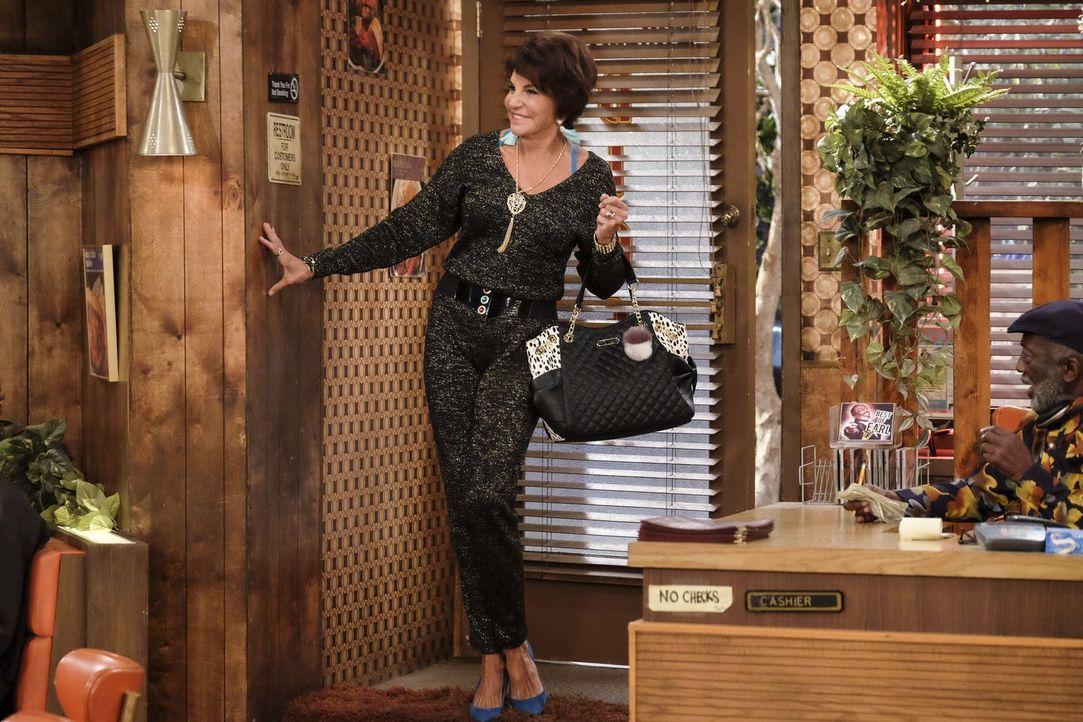 Olga (Mercedes Ruehl), Olegs Mutter, kommt spontan zu Besuch und stellt das Leben aller auf den Kopf ... - Bildquelle: Warner Bros. Television