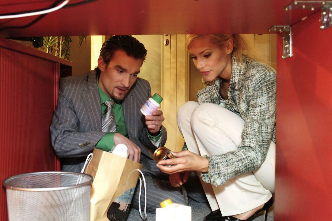 """Sabrina (Nina-Friederike Gnädig, r.) hilft Richard (Karim Köster, l.) dabei, die """"Quick-Slim""""-Dose von Lisa auszutauschen, damit kein Verdacht ent... - Bildquelle: Noreen Flynn Sat.1"""